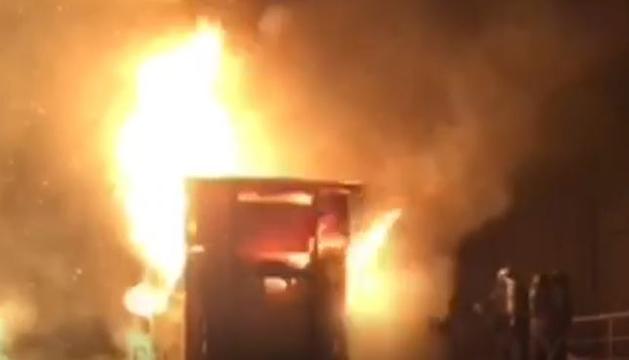 Els bombers treballant en el foc de la deixalleria