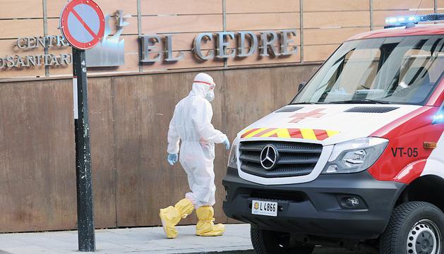 Un treballador sanitari a l'entrada de la residència El Cedre.