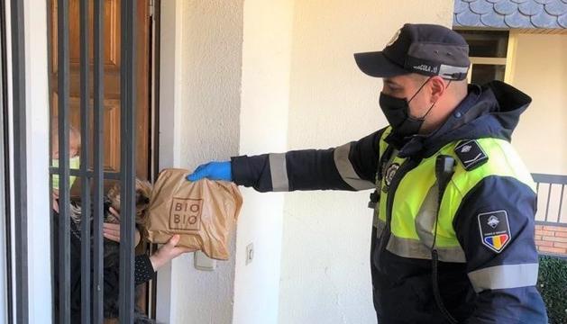Un agent de circulació reparteix l'àpat a domicili