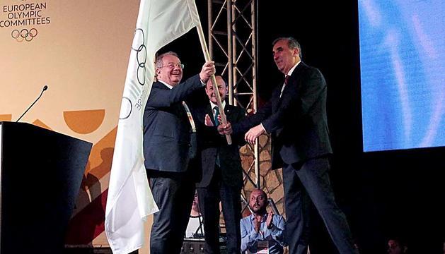 Jaume Martí, amb Xavier Espot al darrere, rebent el testimoni dels Jocs dels Petits Estats l'any passat a Montenegro.