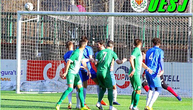 Una imatge del partit d'aquesta temporada entre la UESant Julià i l'Ordino.