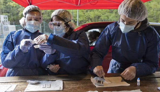 Els voluntaris a la zona de Santa Caterina de la Massana observen els tests d'anticossos