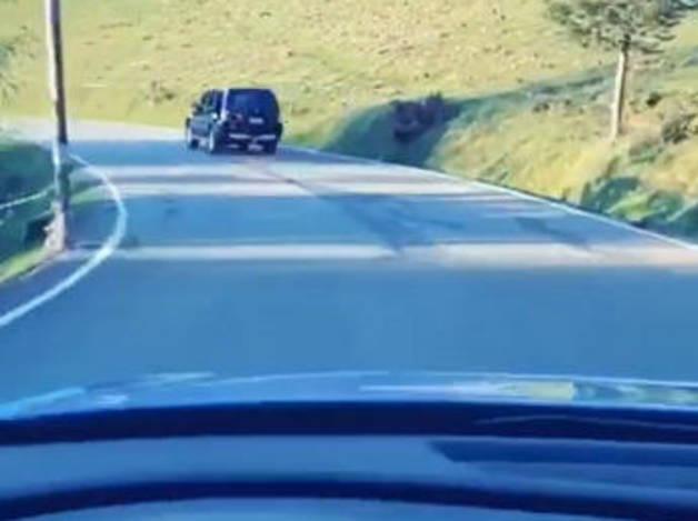 El moment de la cursa entre els dos vehicles.