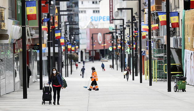L'avinguda Meritxell amb les botigues tancades.