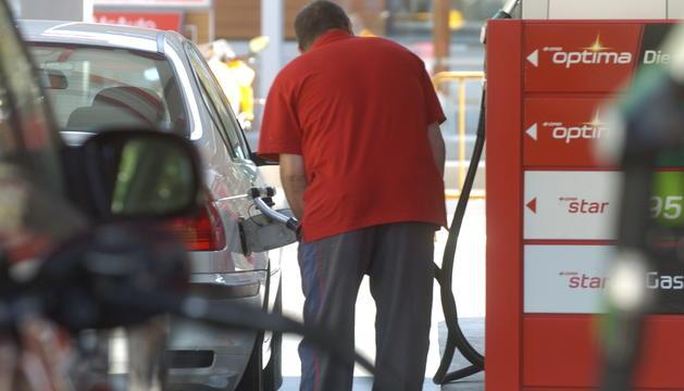 Un home posa benzina al vehicle