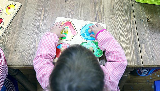 Un infant en una escola bressol.