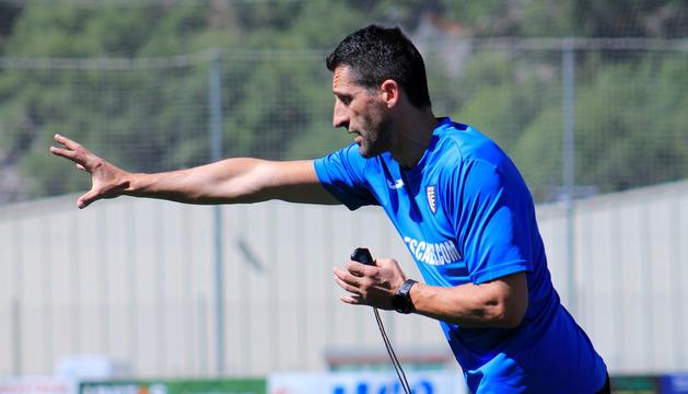 Adolfo Baines, tècnic de l'Inter Escaldes, donant instruccions durant un entrenament.