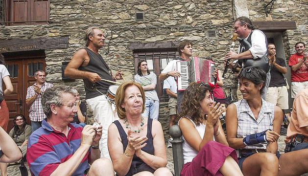 Una de les actuacions pels carrers d'Ordino, durant l'edició del 2003