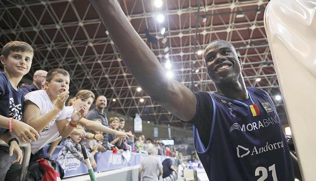 Moussa Diagne saluda el públic al final del partit davant del Barça al Poliesportiu.