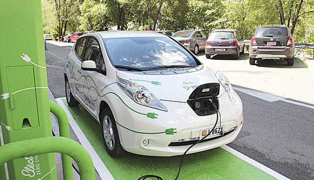 Un vehicle elèctric estacionat en un dels punts de recàrrega del país.