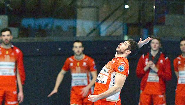 Xavi Folguera fent un servei en un duel d'aquesta temporada.
