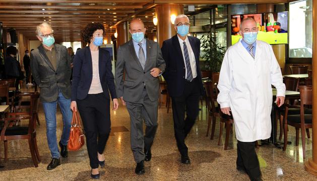 Benazet, Ubach i Piqué a l'acte de comiat dels sanitaris.