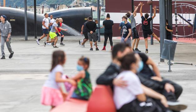 Un grup de persones jugant a bàsquet a la plaça del Poble d'Andorra la Vella, ahir a la tarda.