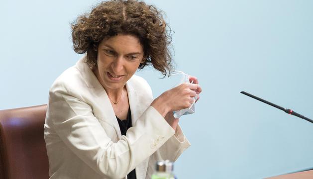 La ministra d'Afers Exteriors, Maria Ubach, es treu la mascareta abans de comparèixer.