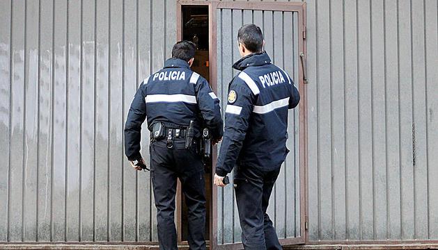 Dos agents de la policia.