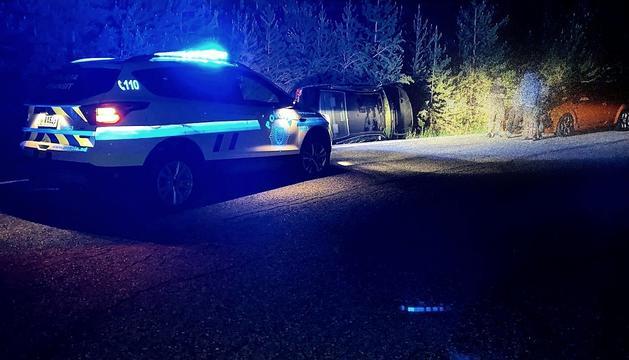 El vehicle va quedar bolcat al marge de la carretera