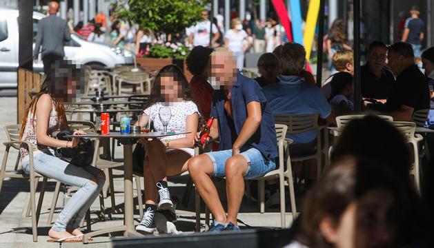 Familiars i amics s'han tornat a reunir a les terrasses dels bars