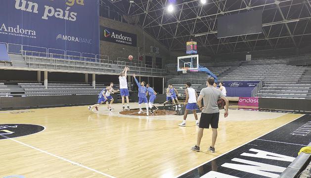 Un instant de la sessió d'entrenament d'ahir al Poliesportiu d'Andorra.