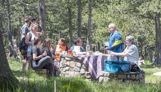 Un grup celebra el retrobament als Cortals d'Encamp.