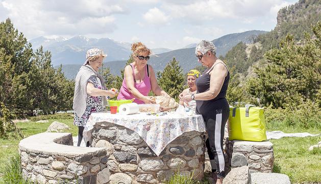 Els preparatius d'un pícnic als Cortals d'Encamp.