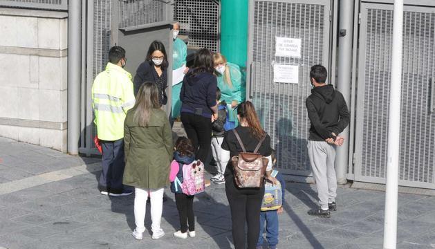 Els professors han rebut els alumnes a l'entrada de l'escola.