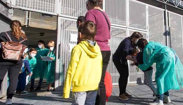 Els alumnes de l'escola andorrana d'Escaldes fent cua per entrar al centre.