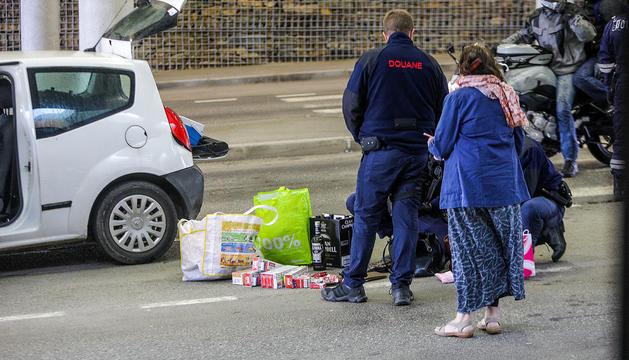 La duana francesa inspeccionant un vehicle.