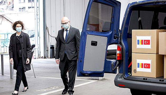 L'ambaixador turc a Madrid entrega les mascaretes.