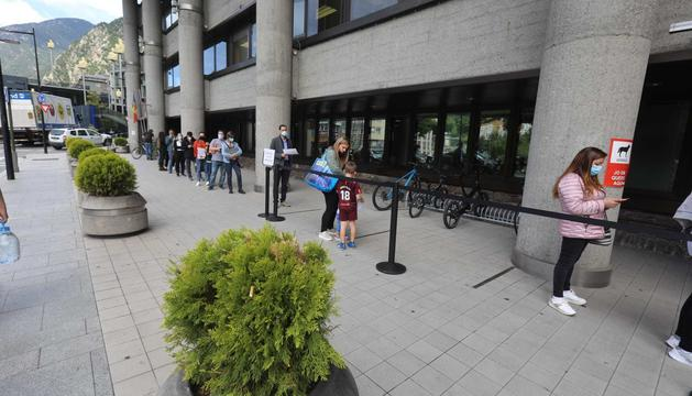 Persones espernat per fer tràmits a la porta de Govern