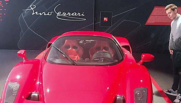 El pilot Xavi Cardelús al museu Ferrari