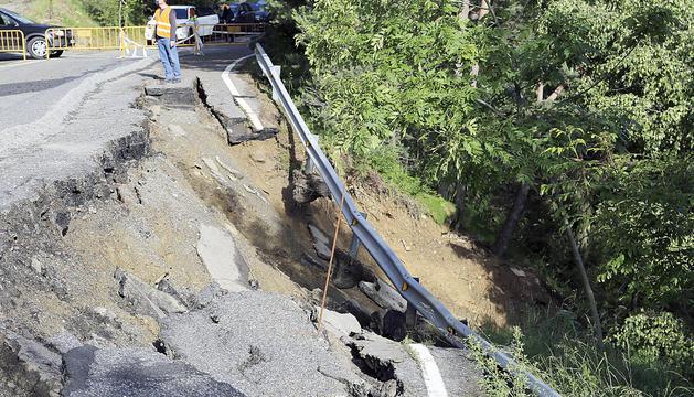 Els tècnics valorant sobre el terreny la zona afectada.