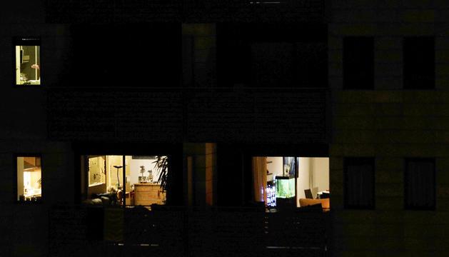 Diversos inquilins en un edifici durant el confinament.