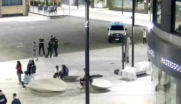 La policia intervé per controlar els joves.