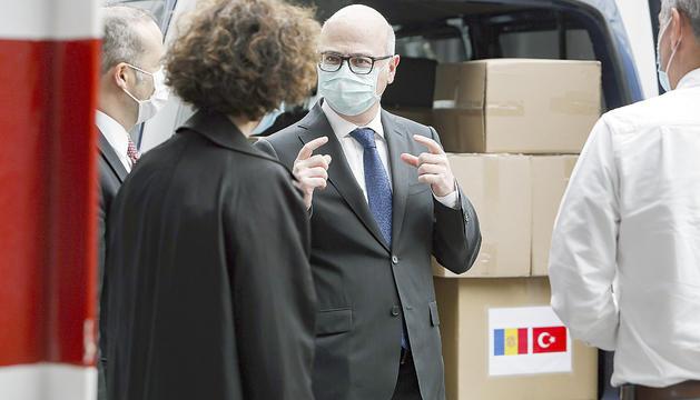 Cihad Erginay entrega les mascaretes a Ubach.