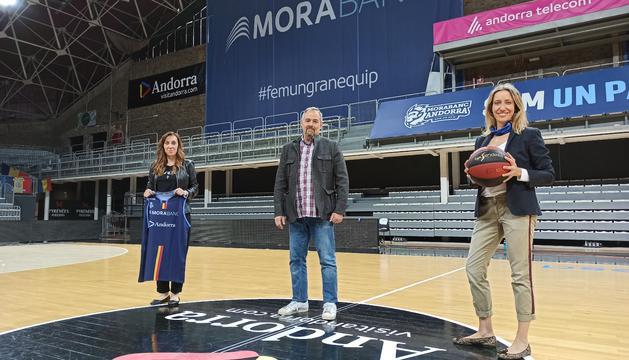 Els directors de comunicació d'Andorra Turisme, el BC Andorra i MoraBanc, al Poliesportiu.
