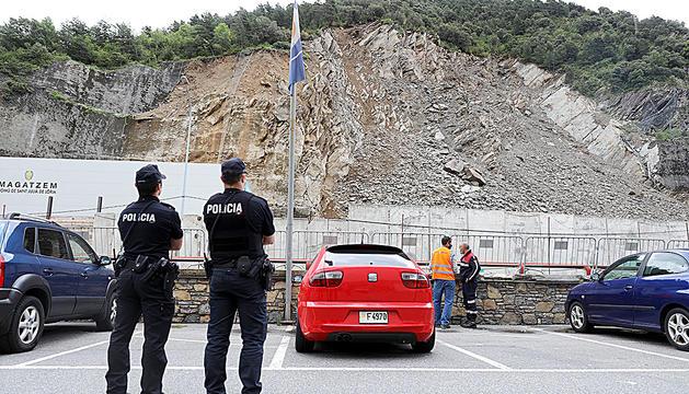 Policia i bombers observant l'esllavissada de la Portalada.
