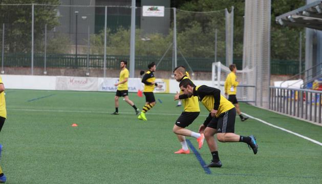 Jugadors de la UESantaColoma entrenant ahir a la Borda Mateu.