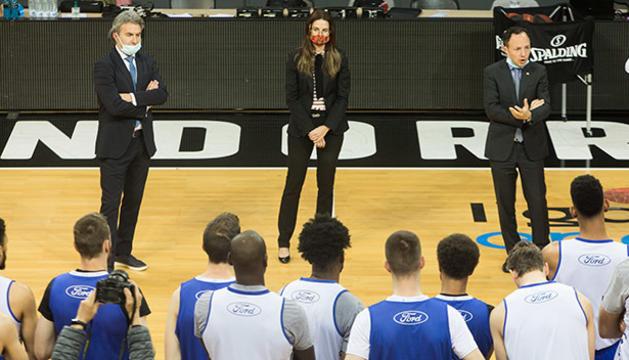 El cap de Govern parla amb els jugadors, durant la sessió d'entrenament d'aquesta tarda.