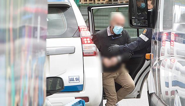 Un dels acusats surt de la furgoneta policial.