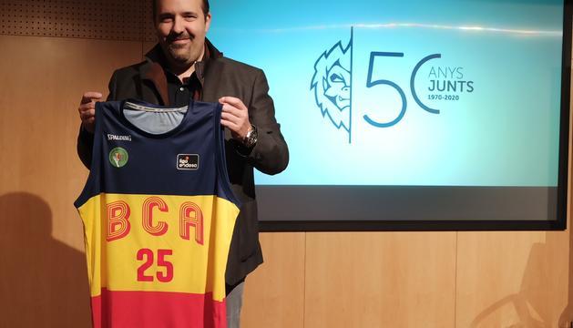 El president del club, Gorka Aixàs, amb la samarreta commemorativa