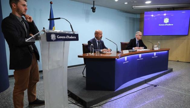 El director d'Actua, el ministre de Salut i el director general del SAAS durant la roda de premsa