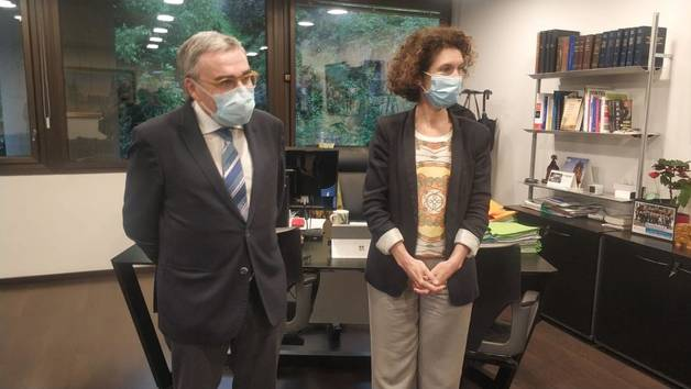 La ministra Maria Ubach i l'ambaixador Àngel Ros expliquen l'obertura de la frontera