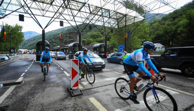 Vehicles i ciclistes passant per la frontera aquest matí.