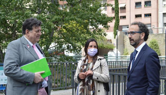Els membres d'Assandca Josep Saravia i Lída Neiva conversen amb Gerard Albà, director general de negoci de Vall Banc.