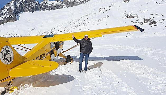 Enric Pujal amb la seva avioneta