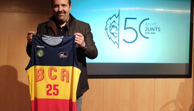 Gorka Aixàs, el president del MoraBanc Andorra, sosté la samarreta del 50è aniversari.