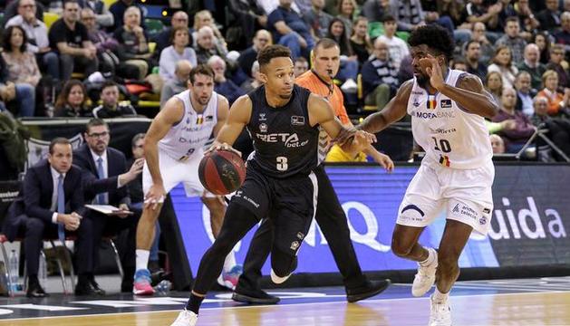 Jaylon Brown, del Bilbao Basket, iniciant una acció davant Franz Massenat en el partit d'aquesta temporada a Miribilla.
