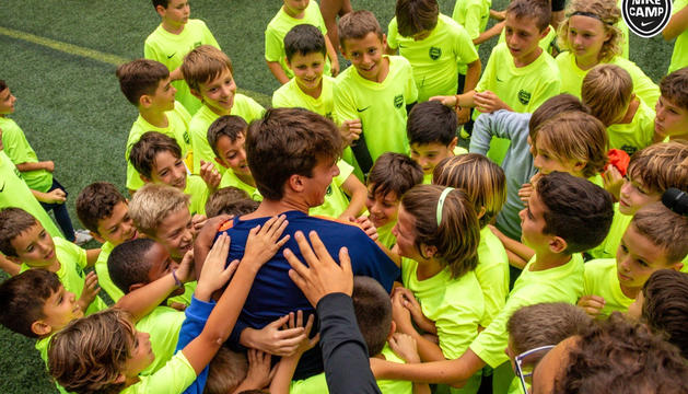 Participants en el Nike Camp amb el futbolista Riqui Puig.