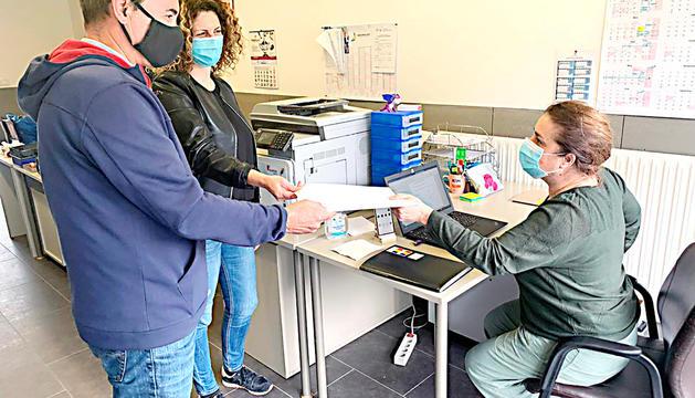 Joan Clotet entregant la documentació de la candidatura.