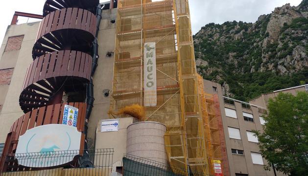 L'edifici Solà d'Enclar va reprendre les obres fa aproximadament quinze dies.